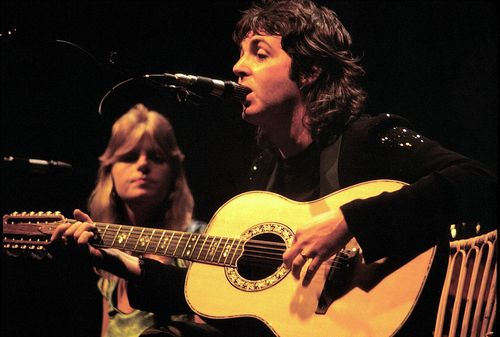 Paul_McCartney_with_Linda_McCartney_-_Wings_-_1976